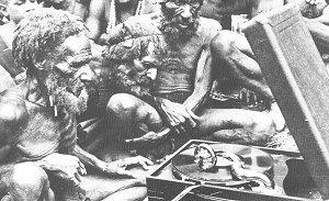 Górale z Nowej Gwinei pierwszy raz w życiu słuchają płyt gramofonowych i wierzą, że są to głosy ich zmarłych przodków (1933 r.)