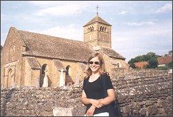 Ewa Nowak na tle jednego z przepięknych romańskich kościółków w Burgundii