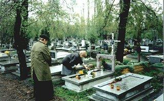 ks.  Jan Twardowski na grobie siostry Marii