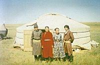 Młodzi Mongolowie w swojej jurcie