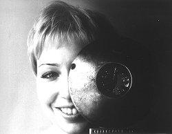 Foto:  Grzegorz Klatka Podpis:  Magda Piekorz wyglądająca zza nagrody GRAND PRIX,  przyznanej jej na I Festiwalu Filmów Krótkich