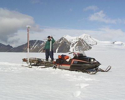 Pomiar gęstości zimowej pokrywy śnieżnej  dla określenia bilansu masy lodowca Fot.   J.  Jania